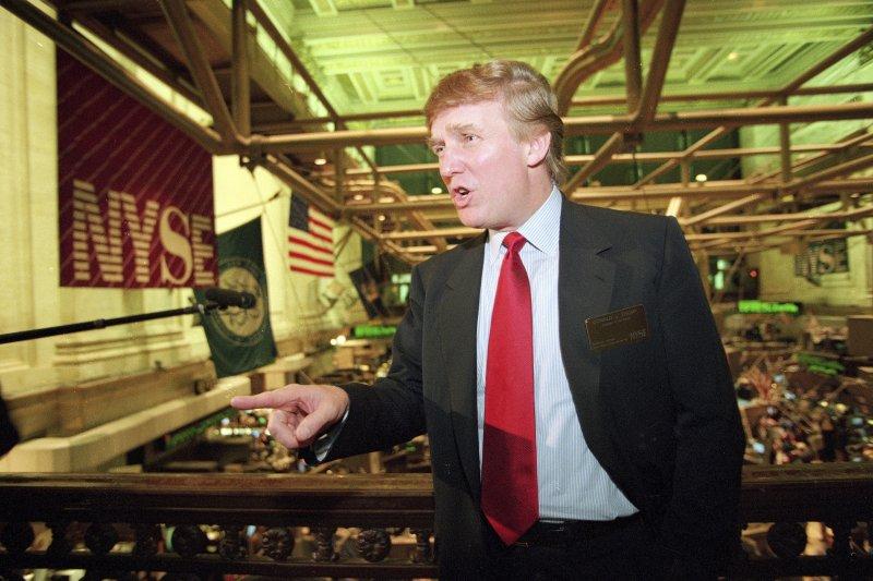 美國共和黨總統候選人川普當年經營的賭場公司上市,他在紐約證交所的身影。(美聯社)