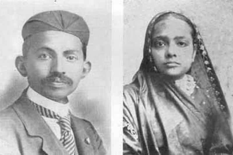 13歲甘地與同齡妻子的合照。(wikipedia/public domain)