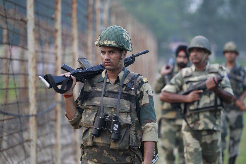 印度士兵加強巡邏巴基斯坦邊界。(美聯社)