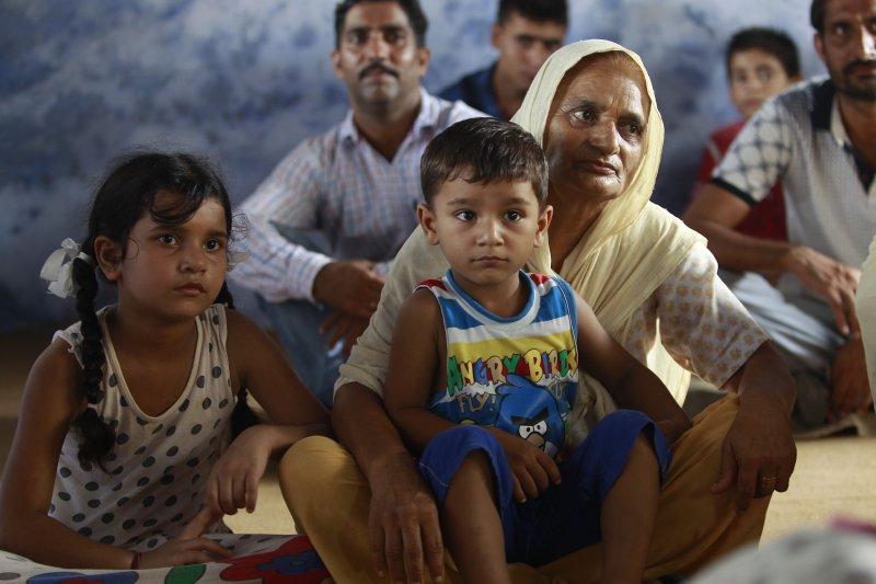 因為緊張情勢升高,鄰近巴基斯坦邊境的印度居民撤離家園。(美聯社)