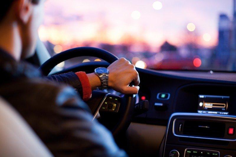 通勤期間,你是否有同樣感受:家庭、工作都不在車上,好像回到一個人的世界,可以拋下一切...(圖/visualhunt)