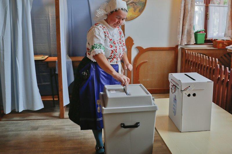一位匈牙利婦女2日投下公投選票。(美聯社)