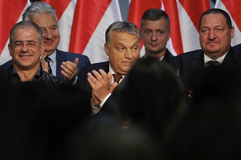 匈牙利總理奧爾班(Viktor Orban,中間鼓掌者)。(美聯社)