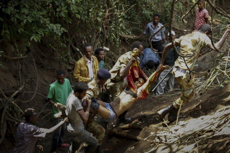 衣索比亞最大民族「奧羅莫族」不滿政府長期打壓,在年度感恩慶典上大聲抗議,結果遭政府強勢鎮壓而引發踩踏意外。(美聯社)