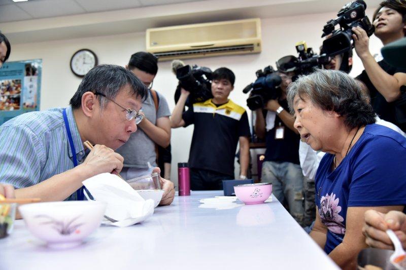 柯文哲走訪北醫大展齡中心,與長者共進午餐。(台北市政府提供)
