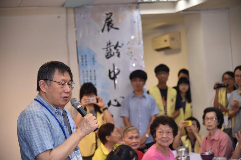 柯文哲走訪北醫大展齡中心,視察老人照護網。(台北市政府提供)
