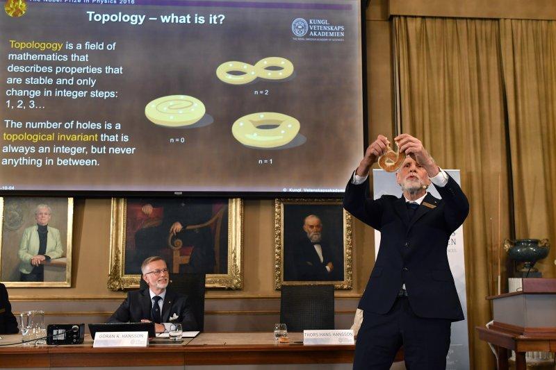2016年諾貝爾物理學獎得主發布會上,學者解釋拓樸學(topology)的概念(AP)