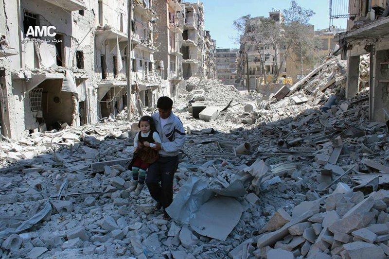 在阿勒坡的瓦礫堆中生活的敘利亞百姓。(美聯社)