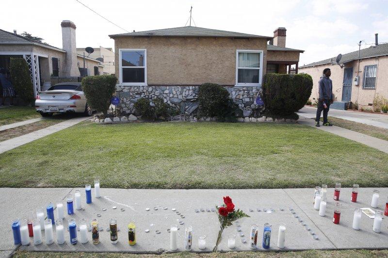 洛杉磯18歲少年斯奈爾(Carnell Snell)遭警察槍殺後,附近民眾在街上排起蠟燭悼念。(美聯社)