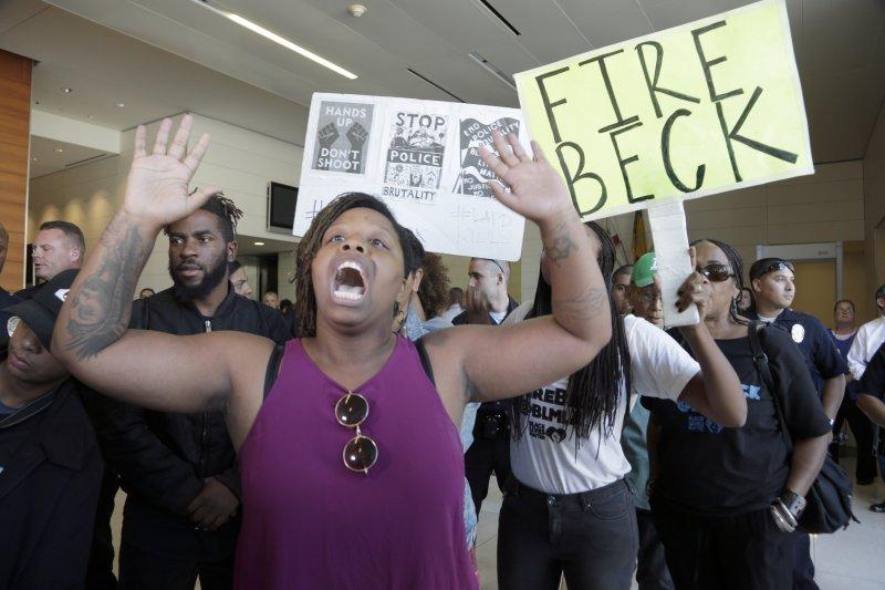 洛杉磯18歲少年斯奈爾(Carnell Snell)遭警察槍殺後,憤怒的抗議民眾要求開槍的警察貝克(Charlie Beck)出面。(美聯社)