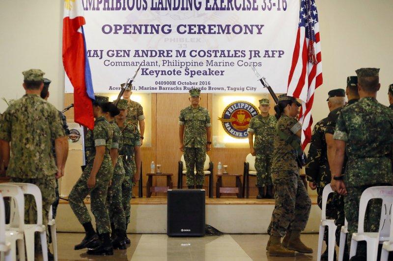 中國捐贈菲律賓軍備,再度挑起美菲軍事聯盟敏感神經,圖為2016年美菲「PHIBLEX」兩棲登陸演習的開幕式(AP,資料照)