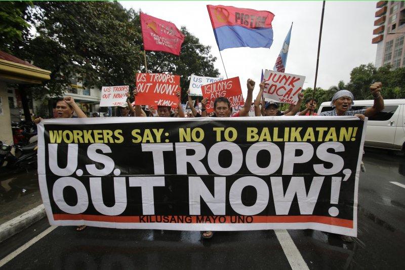 菲律賓的反美人士4日走上街頭,要美軍滾出菲律賓。(美聯社)