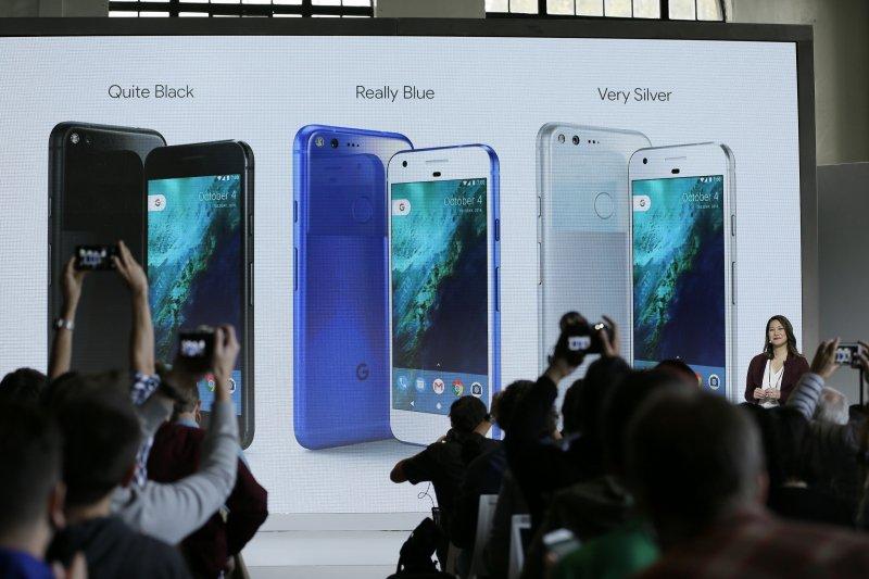 Google Pixel手機一共推出黑、藍、銀三款。(美聯社)