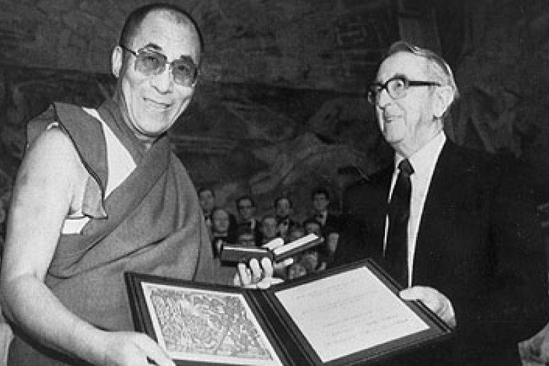 1989年,第14世達賴喇嘛獲頒諾貝爾和平獎,左為諾獎評委會主席伊葛.雅維克(Egil Aarvik)(美聯社)