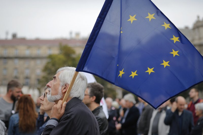 反對公投的匈牙利民眾高舉歐盟旗幟。(美聯社)