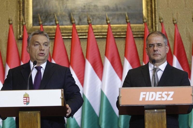 匈牙利總理奧爾班(左)領導的青民盟於匈牙利國會取得絕對多數,因此展開了一連串的政治改革。(美聯社)