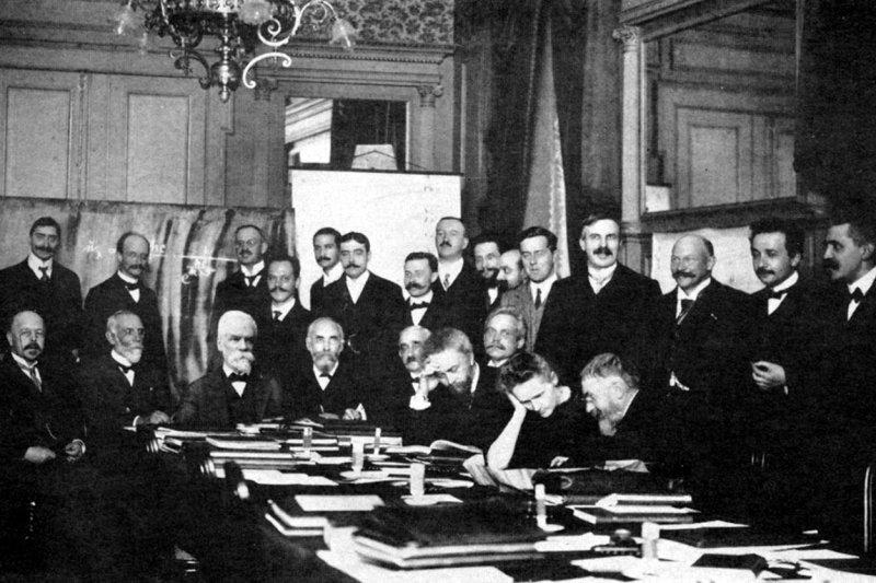 1911年第一次索爾維會議的照片。與會者包括普朗克、拉塞福、愛因斯坦等大名鼎鼎的科學家,但女性僅有居禮夫人一人。(Wikipedia/Public Domain)