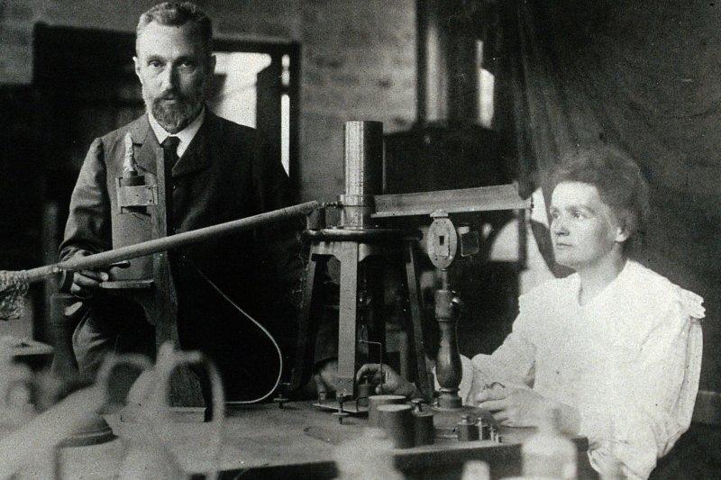 居禮夫婦在實驗室。(Wikipedia/Public Domain)