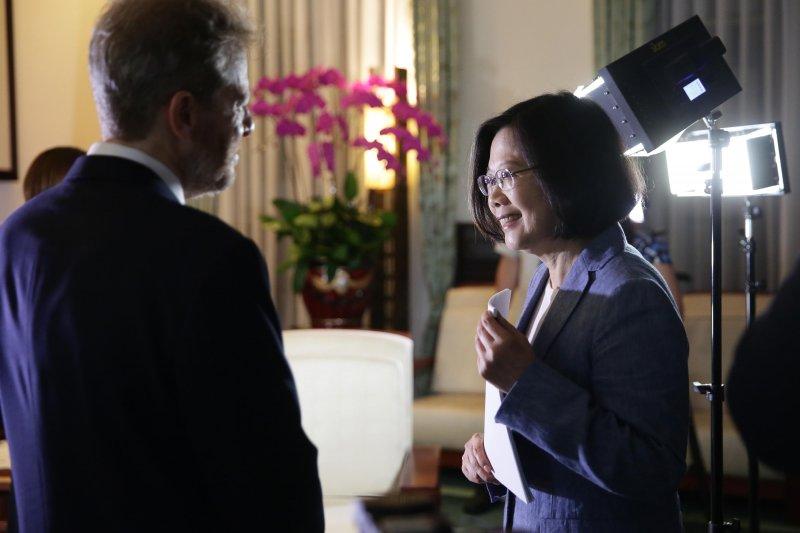 蔡英文總統4日接受華爾街日報北京分社主任韓村樂(Charles Hutzler)專訪。(總統府)