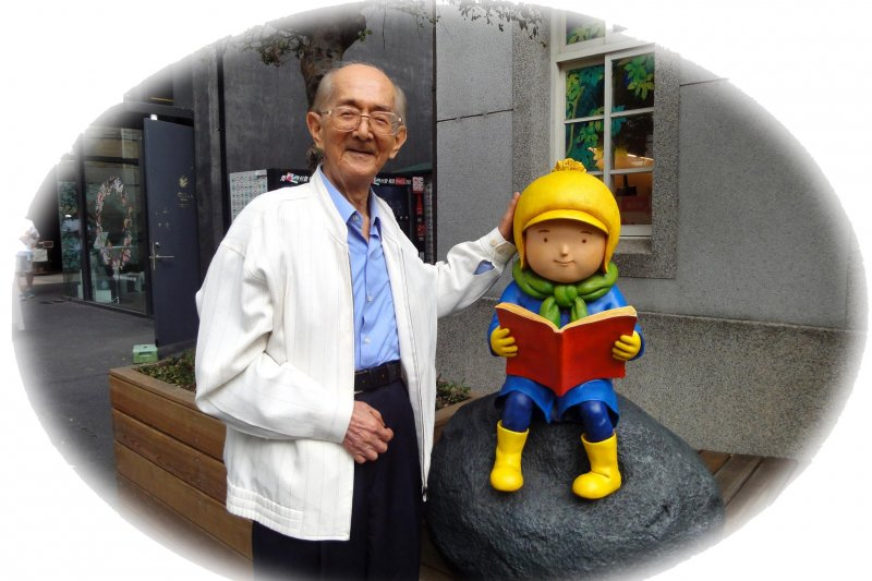 林良爺爺遇見華山文創園區裡看書小朋友雕像。(林良爺爺臉書社群。)