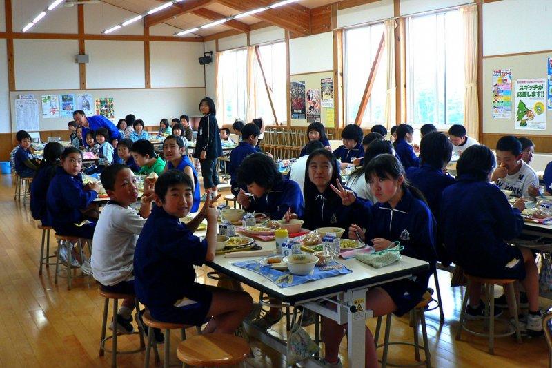 日本的營養供餐通常是一整班、一整個年級、甚至是全校連同老師們大家一起吃。(圖/Chris Lewis@Flickr)