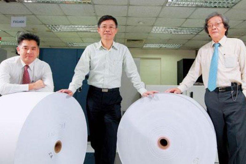 副總經理葉振民(右)在精誠逾30 年,完整參與印實體股票、股東會通知書,到寄送電子帳單的歲月。 (攝影者.楊文財)