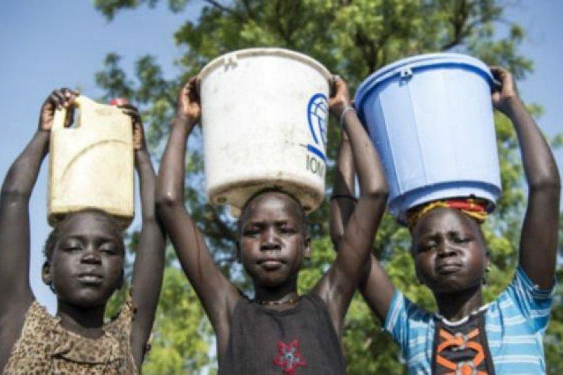 三分之二的女孩在家裡要做飯和打掃衛生,還有近一半以上要負責去打水。(BBC中文網)