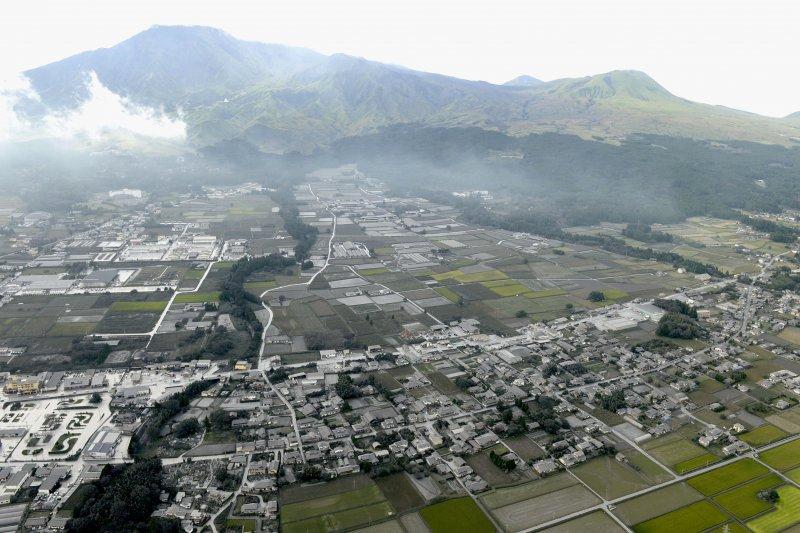 阿蘇火山山腳下的村落,全都覆蓋上了一層火山灰。(美聯社)