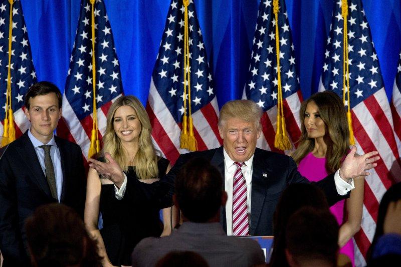 美國共和黨總統候選人川普(中)滿口淫言穢語,就連大女兒伊凡卡(左2)都成為話題。(美聯社)