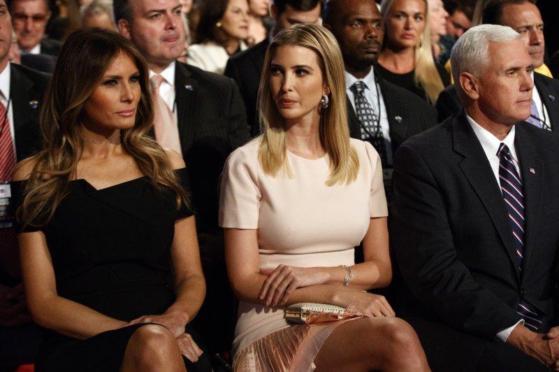 美國共和黨總統候選人川普(Donald Trump)的女兒伊凡卡(Ivanka Trump,中)與妻子梅蘭妮亞(Melania Trump,左)(AP)