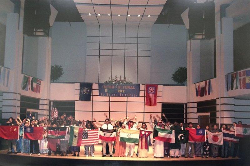 美國密西根州立賽吉諾大學國際學生節上,兩岸學生各自高舉自己國家的旗幟。(作者提供)
