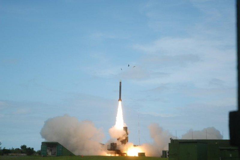 因應中共飛彈威脅,隸屬於國防部參謀本部的飛彈指揮部,將於3月1日正式移編至空軍指揮。圖為天弓三型飛彈。(資料照,取自中科院)