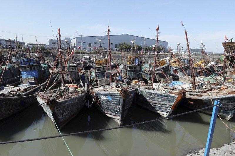 因為在南韓專屬經濟海域作業,遭到查扣的中國漁船。(美聯社)