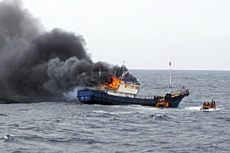 一艘中國漁船在南韓專屬經濟海域內違法作業時起火。(美聯社)