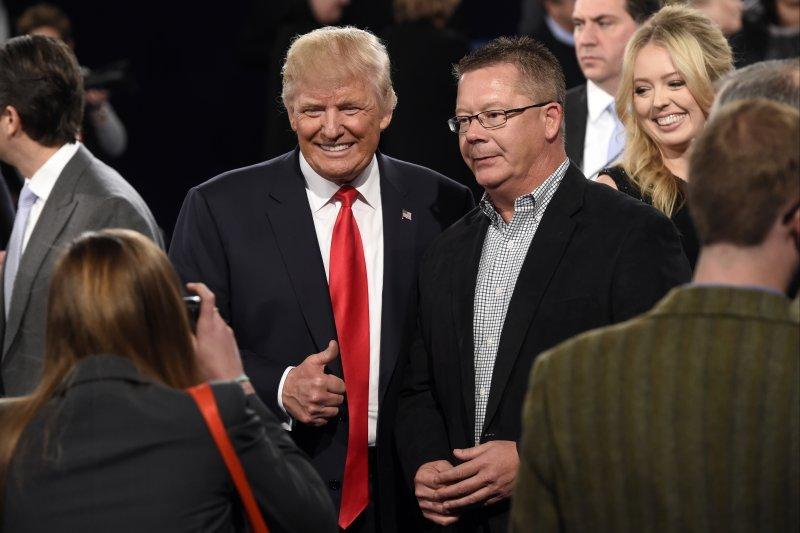 川普在辯論結束後與現場觀眾拍照。(美聯社)