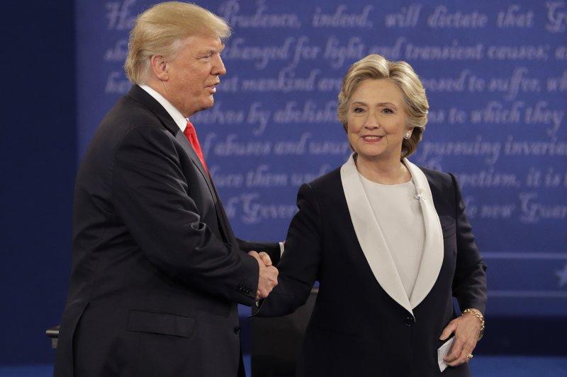 川普與希拉蕊終於在辯論結束後握手。(美聯社)