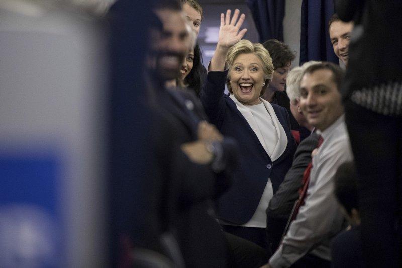 希拉蕊在辯論結束後熱情地和記者打招呼。(美聯社)