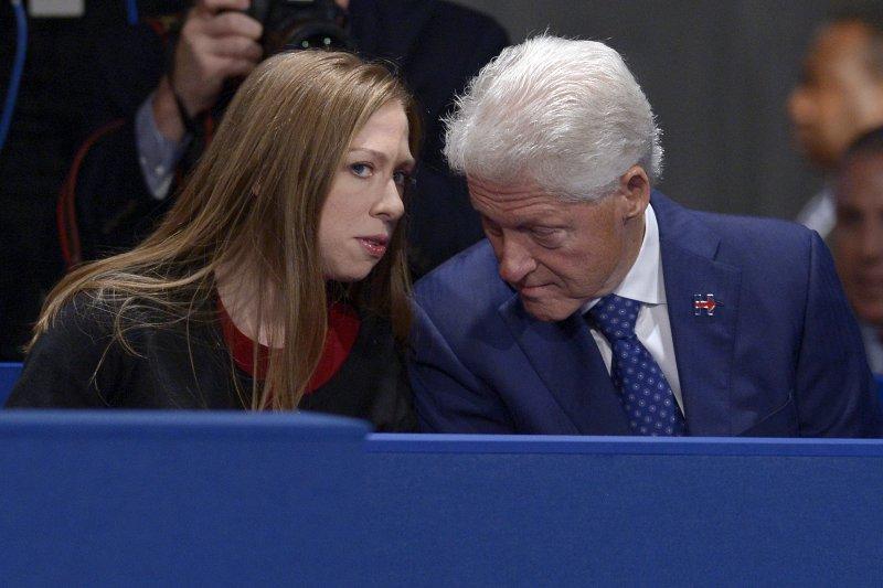 希拉蕊夫婿柯林頓與女兒雀兒喜都在場邊觀看第二場總統辯論。(美聯社)