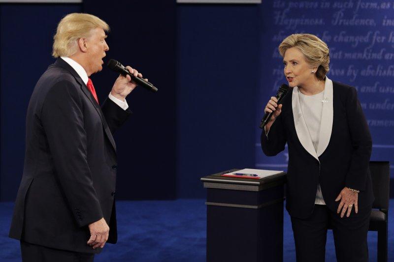 川普與希拉蕊在第二場總統參選人電視辯論中交鋒。(美聯社)