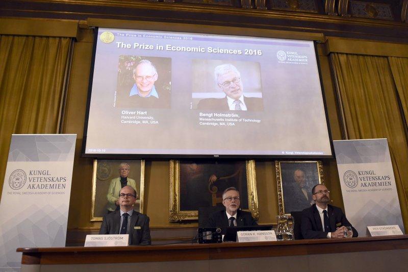 英國學者哈特(Oliver Hart)及芬蘭學者霍姆斯特隆(Bengt Holmström)共享諾貝爾經濟學獎殊榮。(美聯社)