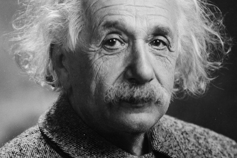 愛因斯坦當年在帝國飯店信籤上寫了:「恬靜簡樸的生活,比汲汲營營追求成功更為快樂。」(圖/維基百科公有領域)