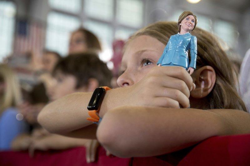 希拉蕊若成為美國首位女總統,可望為女孩權益帶來正面效益。(美聯社)