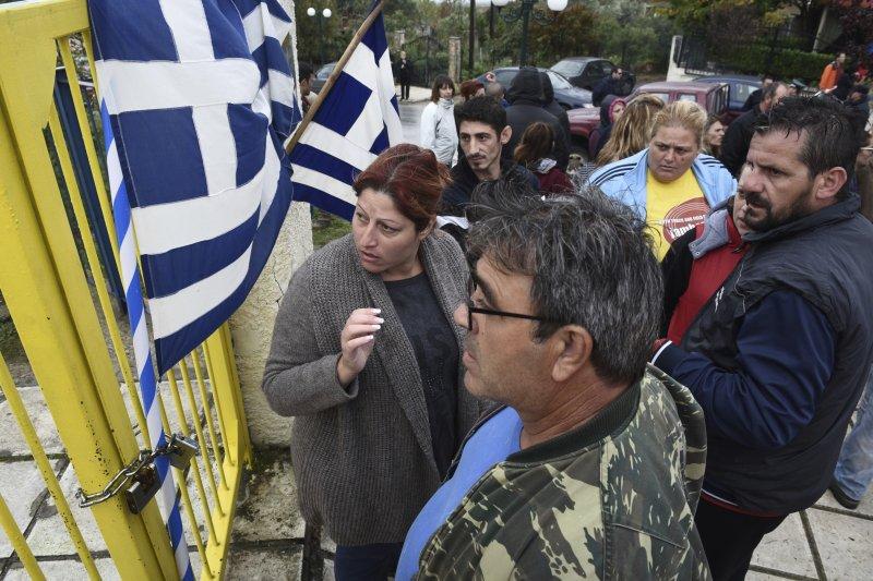 希臘家長在學校外抗議政府讓難民兒童到一般學校就讀。(美聯社)