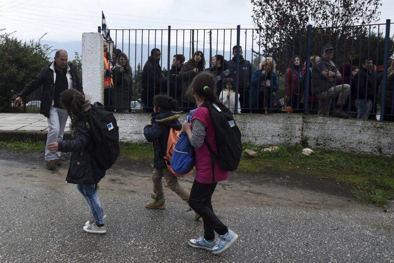 滯留在希臘的難民小孩10日開學。(美聯社)