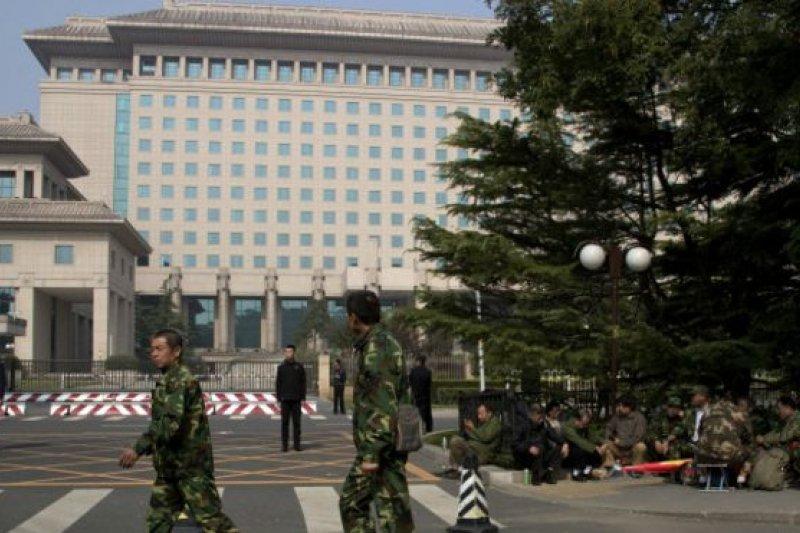 北京市中心的國防部八一大樓外11日聚集多名退伍軍人抗議。(圖取自BBC中文網)
