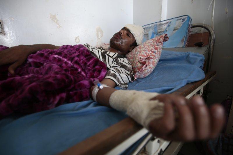 葉門首都沙那一場喪禮日前慘遭空襲,沙烏地阿拉伯未承認犯行,但願意展開調查。(美聯社)