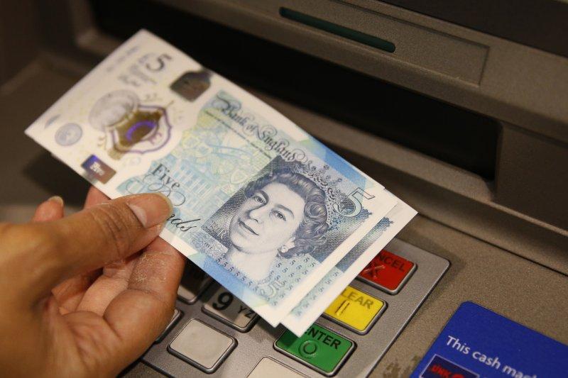英國首相梅伊表態「硬脫歐」立場後,英鎊持續重挫。(美聯社)