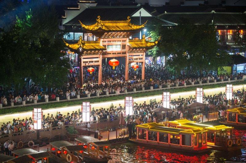 中國國慶十一黃金周的旅遊人潮。(新華社)