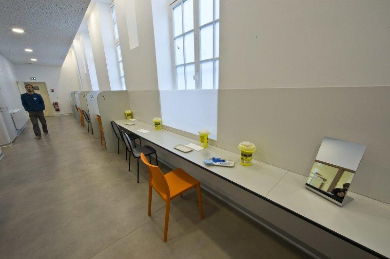 法國第一個合法吸毒室的工作人員正在巡視場地。(美聯社)