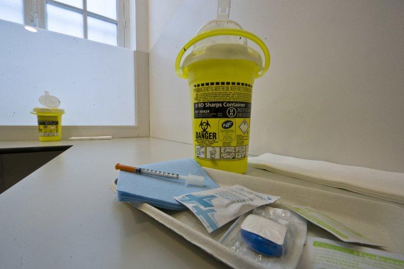 法國第一個合法吸毒室的桌上擺著全新的乾淨注射器材。(美聯社)